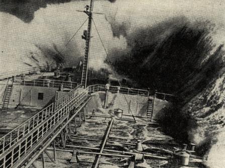Накат встречной волны на носовую часть танкера