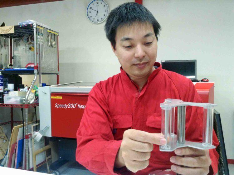 Астуши Шимицу демонстрирует модель тайфунного ветрогенератора